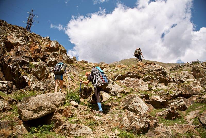 小组山的远足者 在顶层的上升 库存图片
