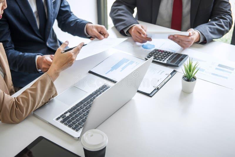 小组工作一起见面的商务伙伴职业球队是谈论和分析与新的战略行销 库存图片