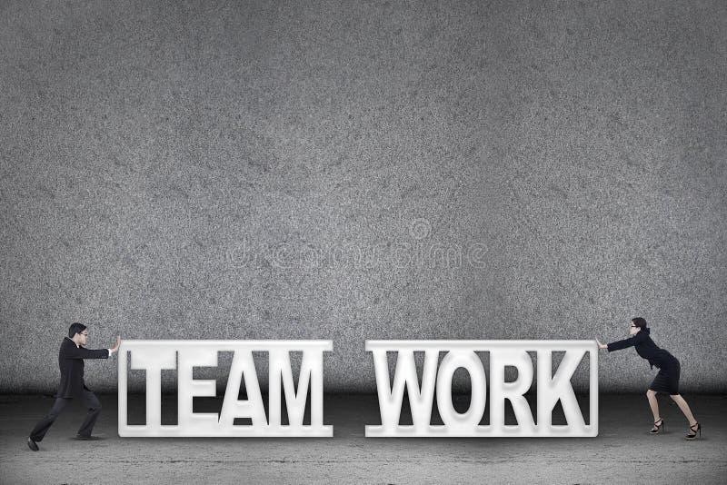 小组工作企业概念二人推进文本 库存图片