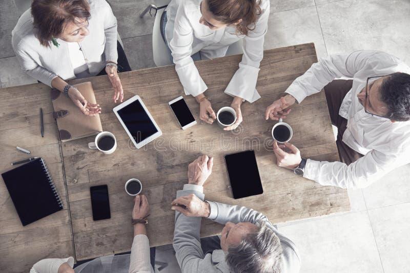 小组工作在办公室的商人 免版税图库摄影