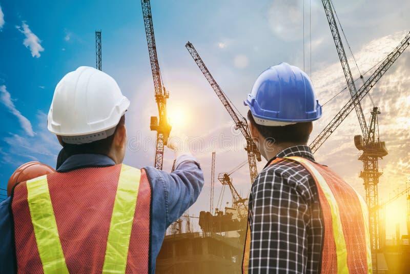 小组工作在建造场所的工程师人 库存图片