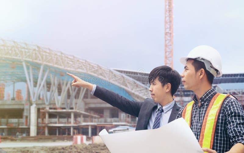 小组工作在建造场所的工程师人 免版税库存照片