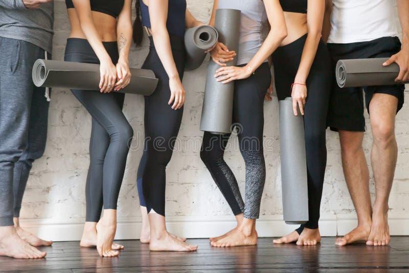 小组年轻健身人民 腿关闭看法 免版税图库摄影