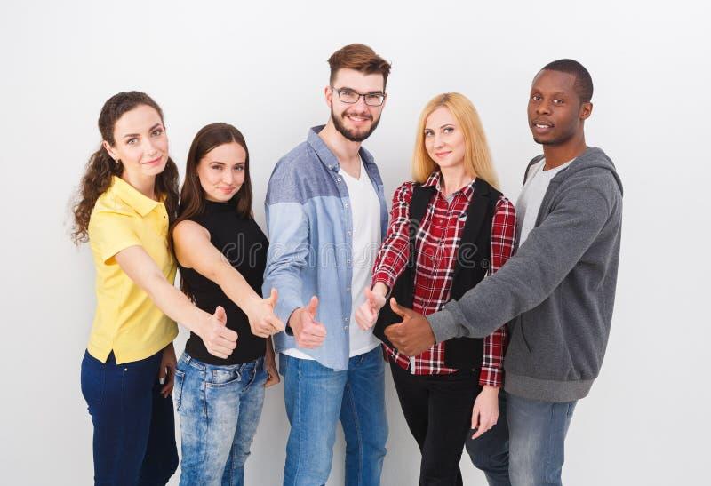 小组年轻成人站立 免版税库存图片