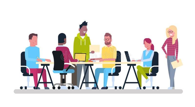 小组年轻的商人坐在办公桌Coworking混合种族创造性的工作者队 向量例证