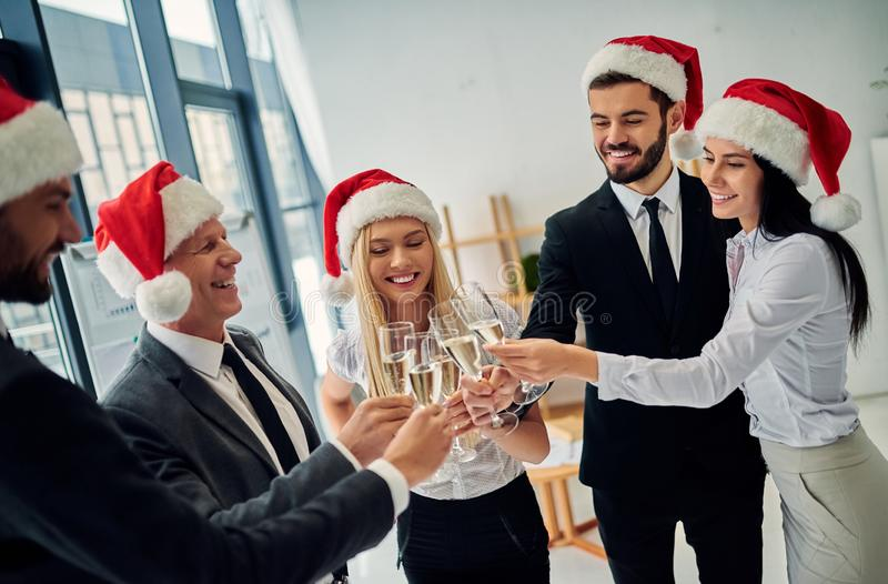 小组庆祝圣诞节的办公室工作者 免版税库存照片