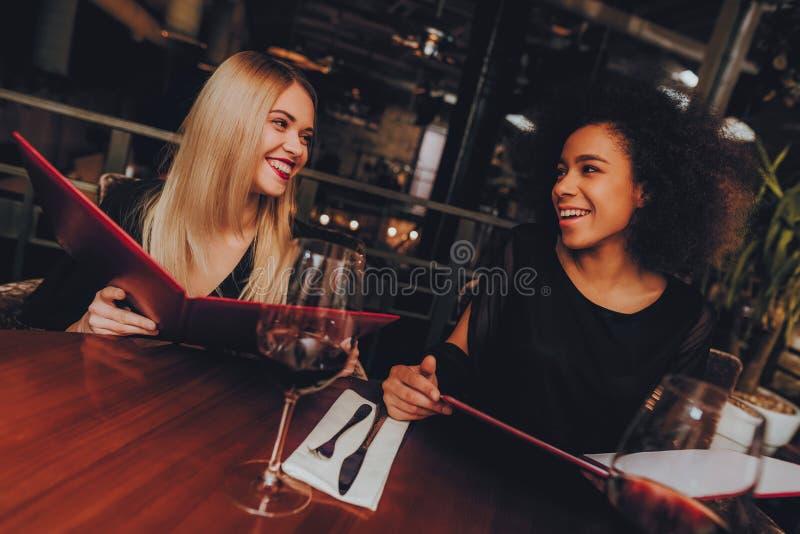 小组得到命令的女商人在餐馆 免版税图库摄影