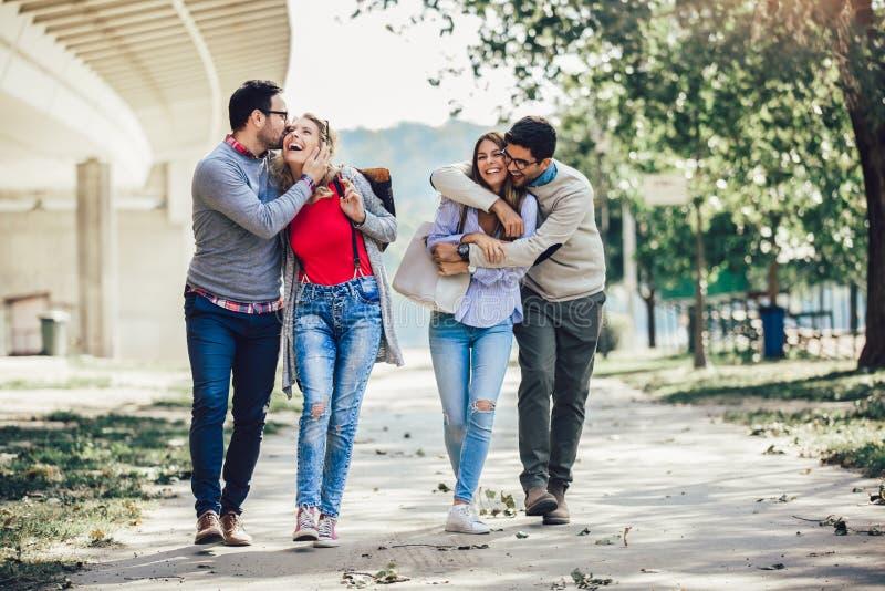 小组微笑的朋友在城市 免版税图库摄影