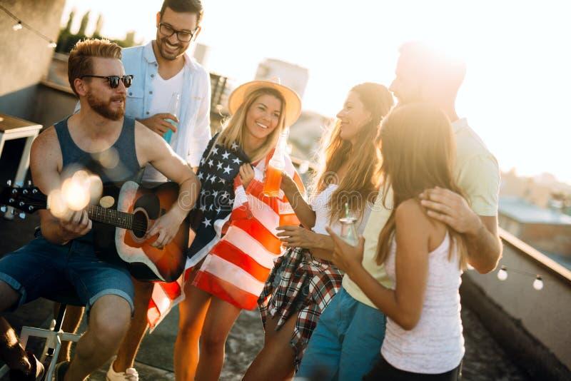 小组无忧无虑的朋友跳舞获得乐趣在夏天 免版税库存图片