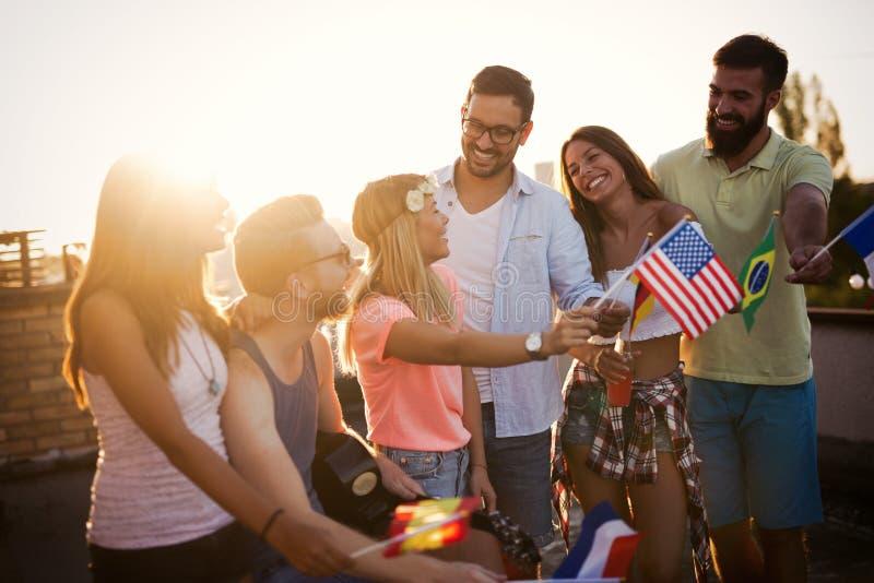 小组无忧无虑的朋友跳舞获得乐趣在夏天 免版税库存照片
