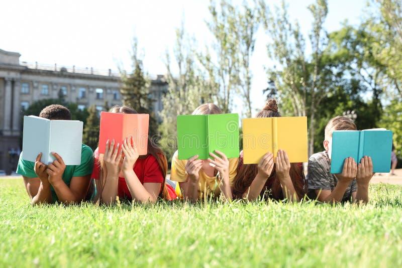 小组有户外书的孩子 免版税库存图片