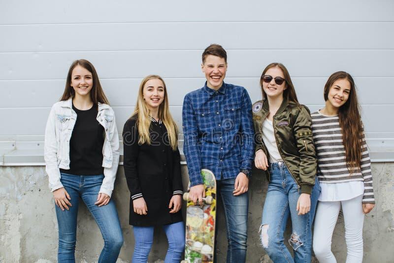小组有滑板的微笑的少年 免版税库存照片