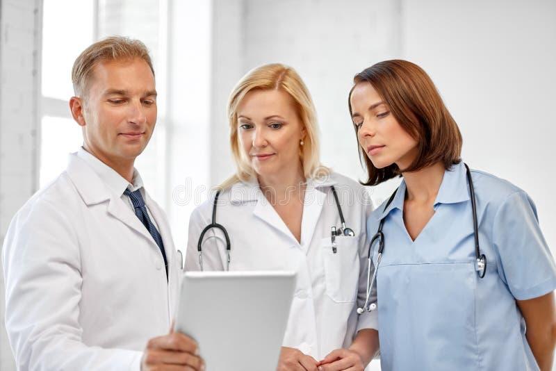 小组有片剂计算机的医生在医院 免版税库存照片