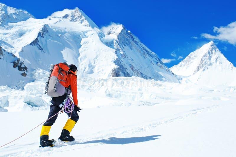 小组有背包的登山人到达山峰山顶  成功、自由和幸福,在山的成就 库存图片