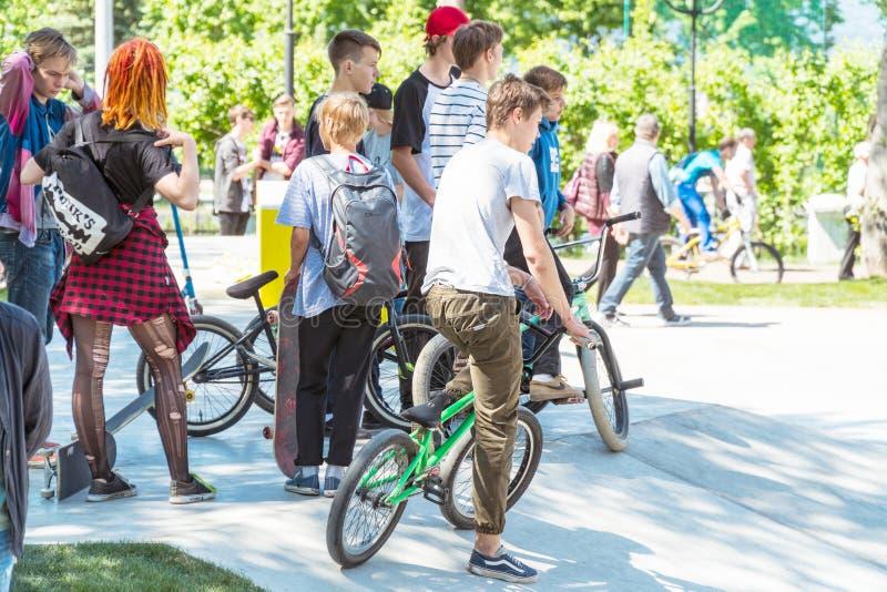 小组有自行车的少年在室内自行车赛场的公园 免版税库存图片