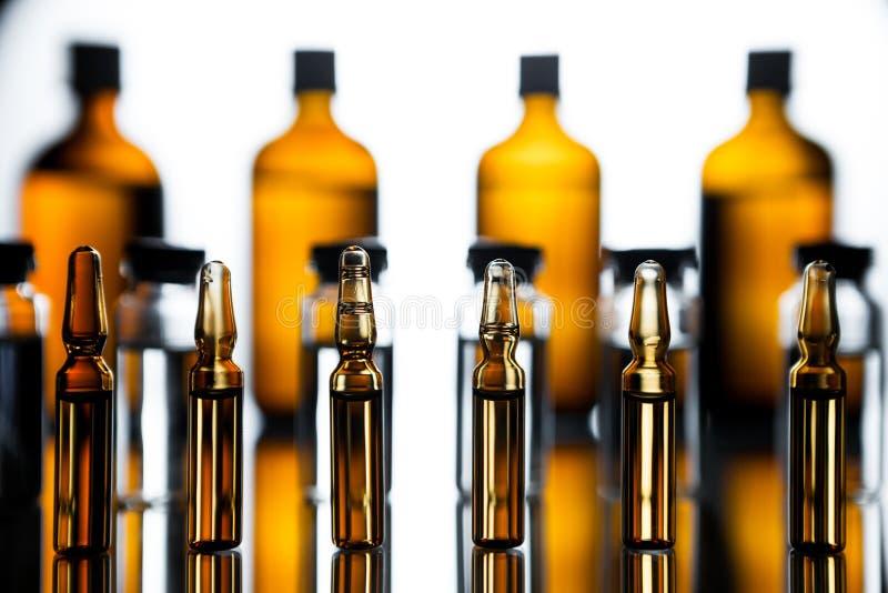 小组有透明医学的细颈瓶在医学实验室 库存照片