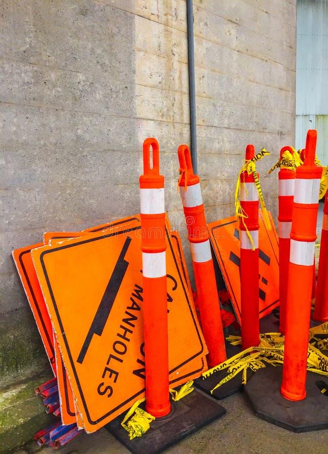 小组橙色被存放的道路工程柱子和标志  免版税图库摄影