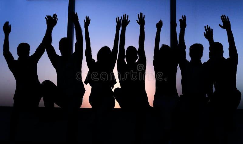 小组正面青年人坐窗台 库存图片