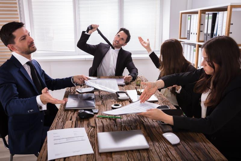 小组沮丧的买卖人在会议 免版税库存照片
