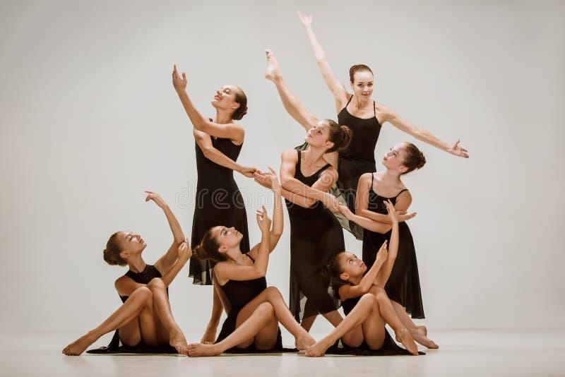 小组现代跳芭蕾舞者 免版税库存图片