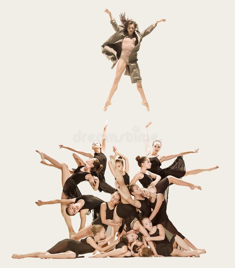 小组现代跳芭蕾舞者 库存照片