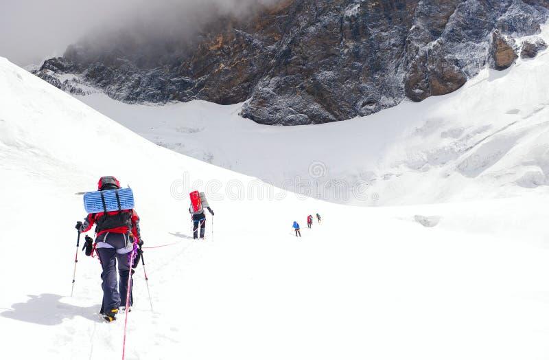 小组登山人到达山峰上面  上升和 库存照片