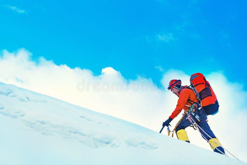 小组登山人到达山峰山顶  成功、自由和幸福,在山的成就 上升的体育 免版税库存图片