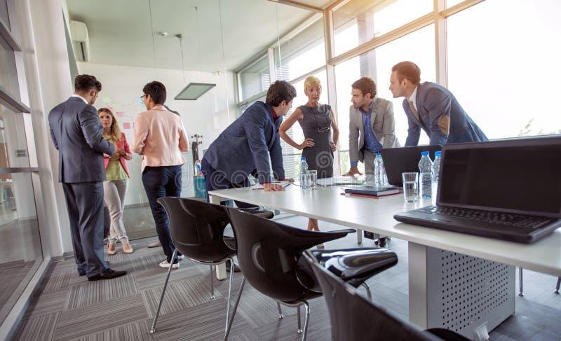 小组白种人公司在业务会议的人民计划的想法 免版税库存图片