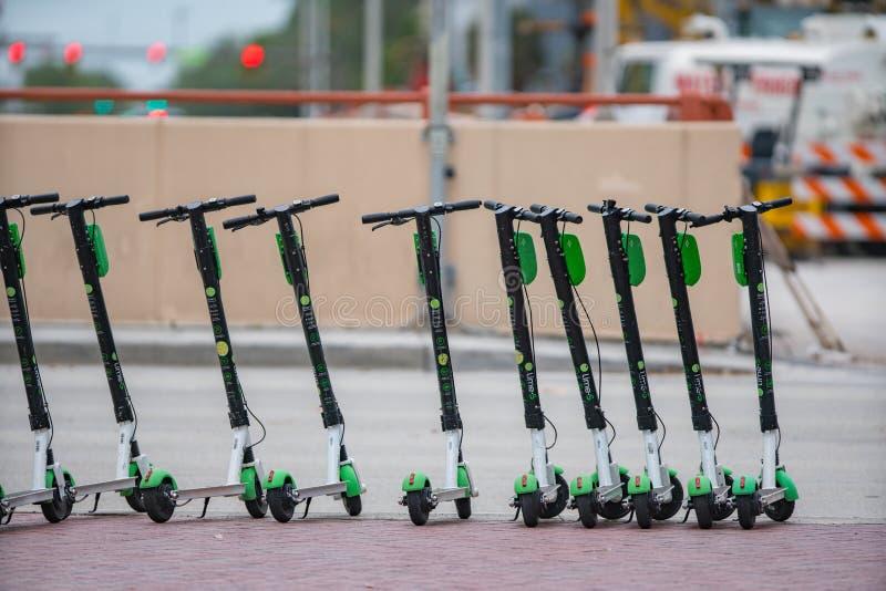 小组石灰滑行车在城市 库存照片