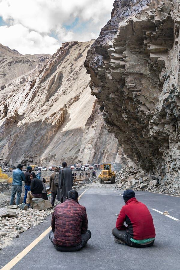 小组等待的卡车司机,当路将是确切由于山崩 库存图片