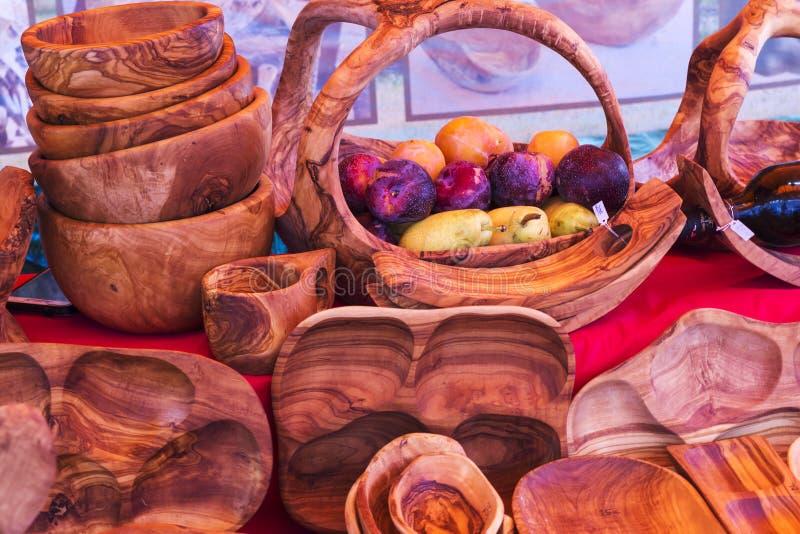 小组红色木碗 库存图片