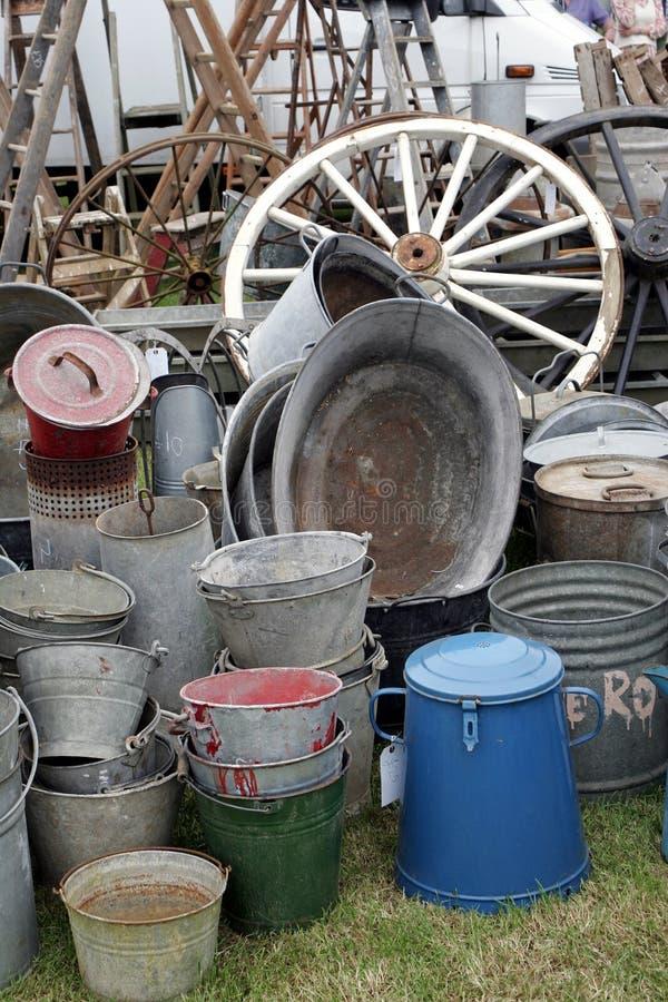 小组老古董galvanied铁桶和罐子浴在显示与各种各样的葡萄酒项目包括推车轮子 免版税库存照片