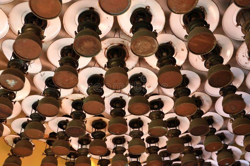小组老葡萄酒防风灯的样式,在天花板木头的防风吊 图库摄影