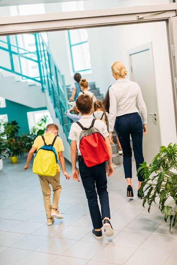小组背面图走的学者和的老师在楼上 库存照片