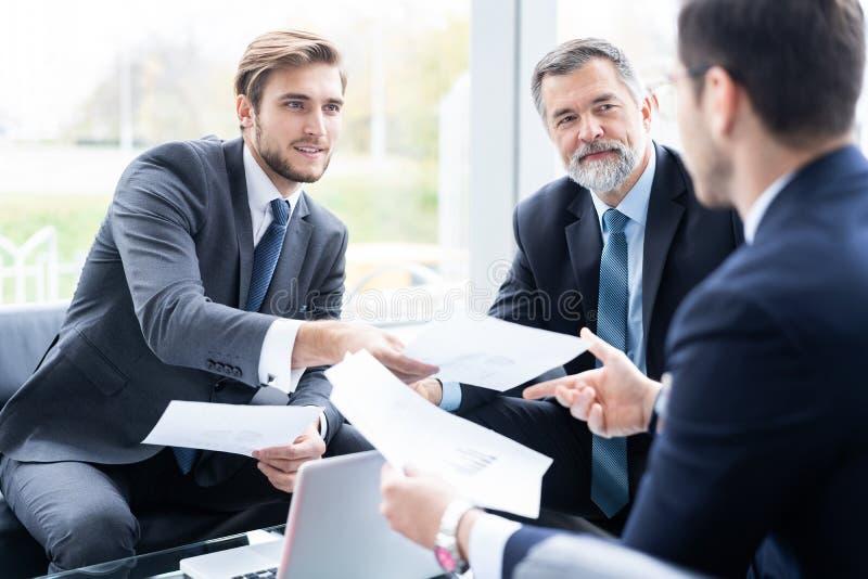 小组谈论想法和计划工作的商务伙伴在办公室 库存图片