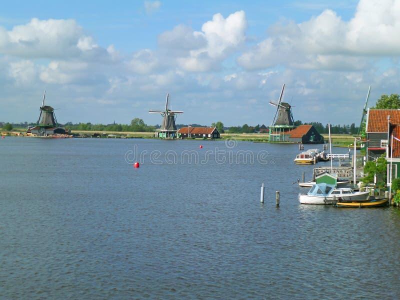 小组赞瑟斯汉斯历史的荷兰风车如被看见从桥梁,荷兰 免版税库存图片