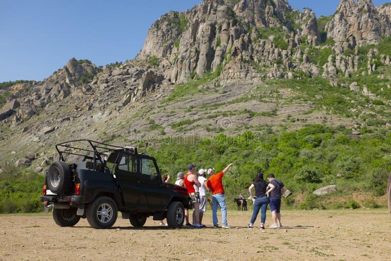 小组越野卡车旅行的游人在山Demergy,克里米亚的脚在阿卢什塔附近的 库存图片