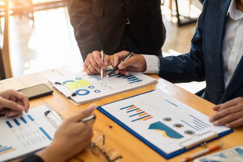 小组遇见关于分析的商人数据财政报告的通信讨论在办公室 会计科目背景计算器概念现有量查出在白色 库存照片