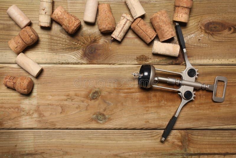 小组酒瓶黄柏和在一张木桌上的一个拔塞螺旋与您的文本的拷贝空间 免版税库存照片