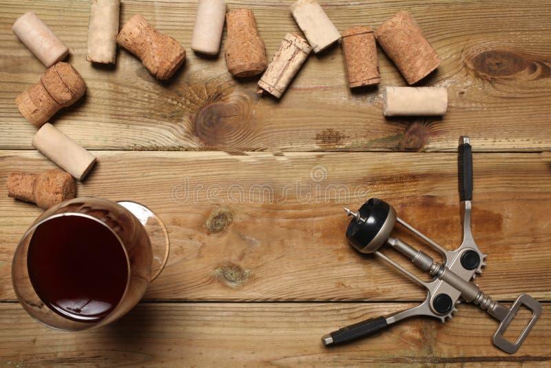 小组酒瓶黄柏,一杯红葡萄酒和在一张木桌上的一个拔塞螺旋与您的文本的拷贝空间 免版税库存照片