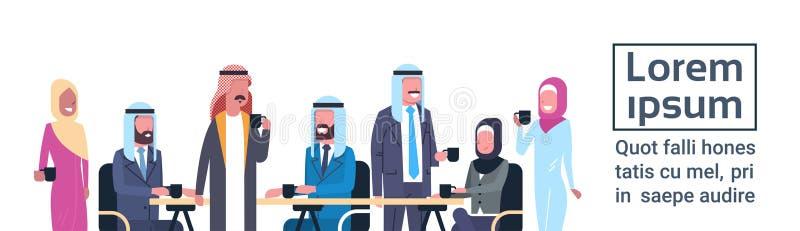 小组阿拉伯商人饮料茶或咖啡一起坐在办公桌回教工作者队在断裂模板 皇族释放例证