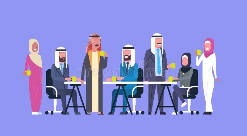 小组阿拉伯商人饮料茶或咖啡一起坐在办公桌回教工作者队在断裂 库存例证