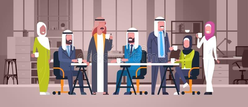 小组阿拉伯商人饮料茶或咖啡一起坐在现代办公室回教工作者队的书桌在断裂 皇族释放例证