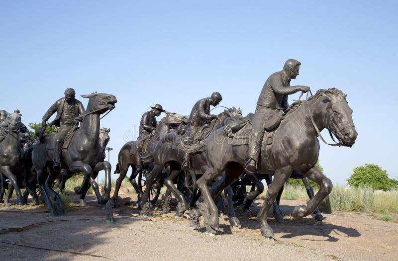 小组雕塑在百年土地跑纪念碑日落,城市俄克拉何马美国 免版税库存照片