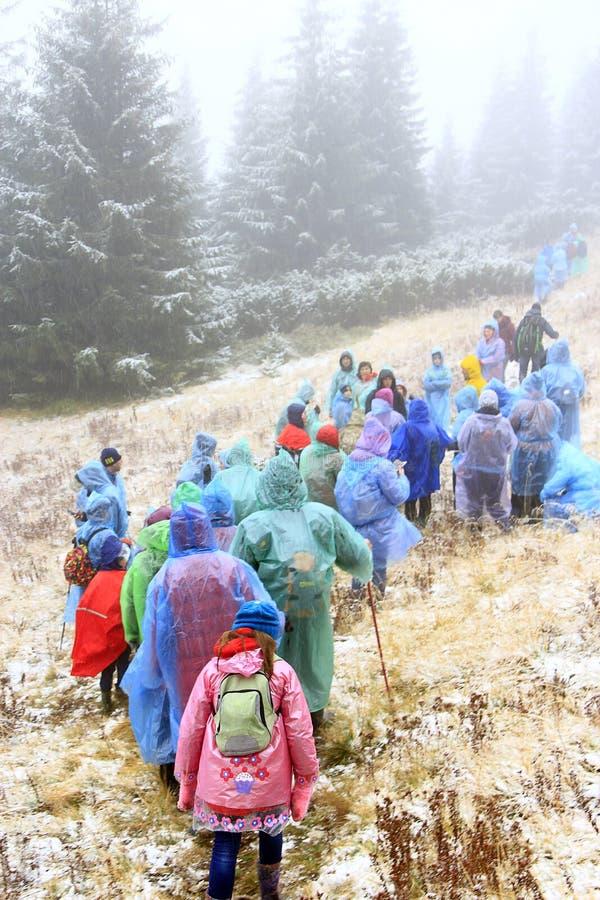 小组雨衣的游人在山的远足 汽车城市概念都伯林映射小的旅行 免版税库存图片