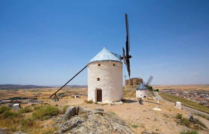 小组风车在坎波德克里普塔纳 拉曼查,孔苏埃格拉,西班牙 库存照片