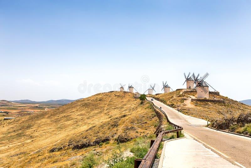 小组风车在坎波德克里普塔纳 拉曼查,孔苏埃格拉,西班牙 图库摄影