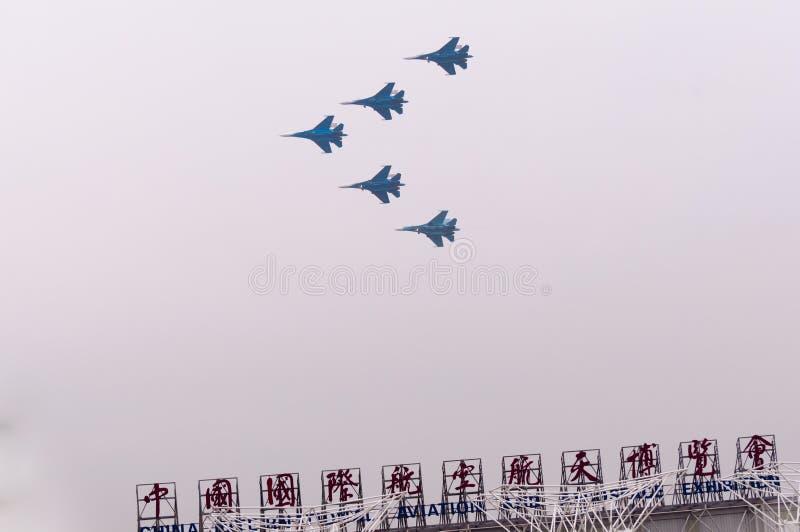 小组飞行在airshow大厅的su27飞行 库存图片
