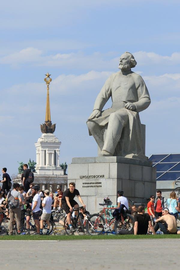 小组骑自行车者春天下午在莫斯科 免版税库存照片