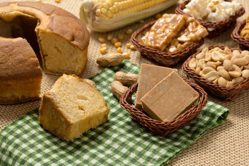 小组Festa Junina,一个典型的巴西党食物:花生 免版税库存照片